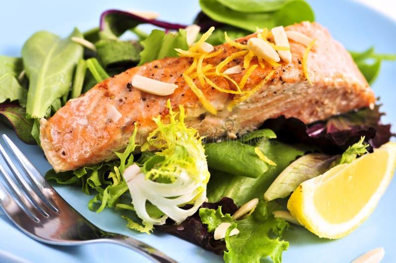 Salada com salmões grelhados imagens de stock