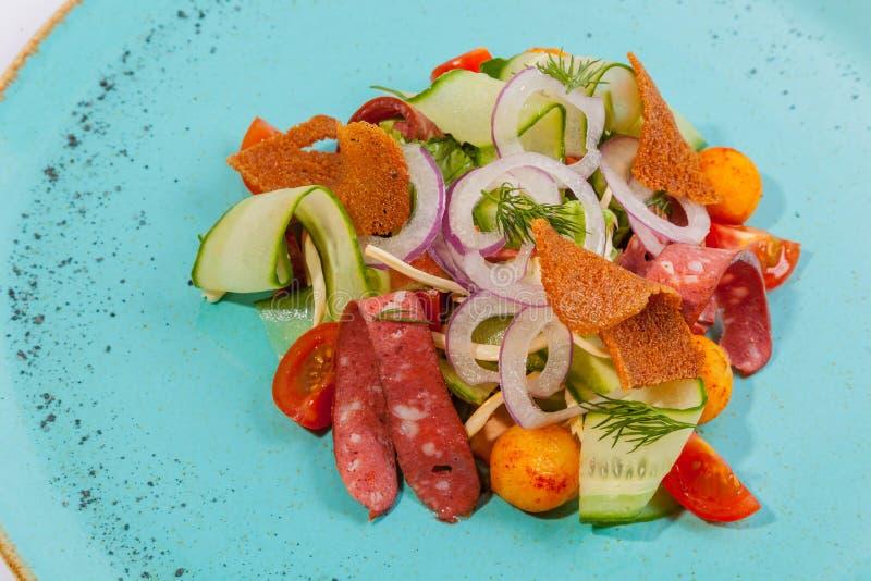 Salada com salsicha fumado fotografia de stock royalty free