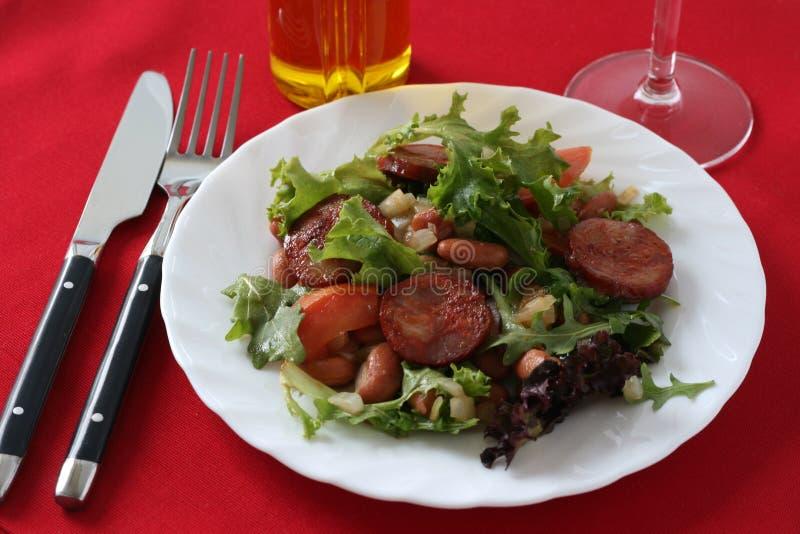 Salada com salsichas imagem de stock royalty free
