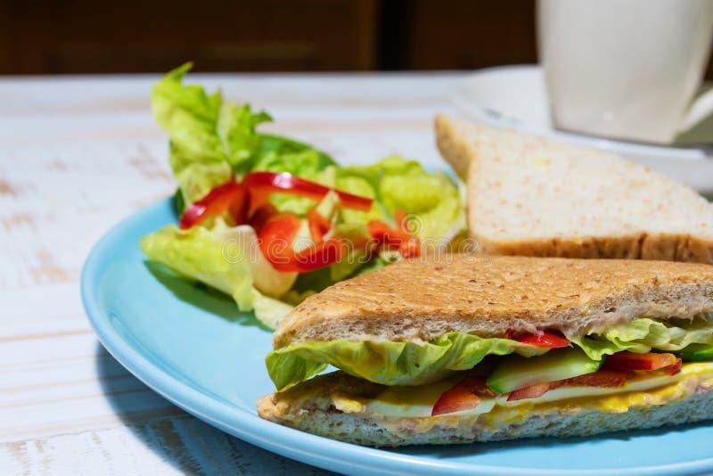 Salada com sanduíche em uma placa azul fotos de stock royalty free