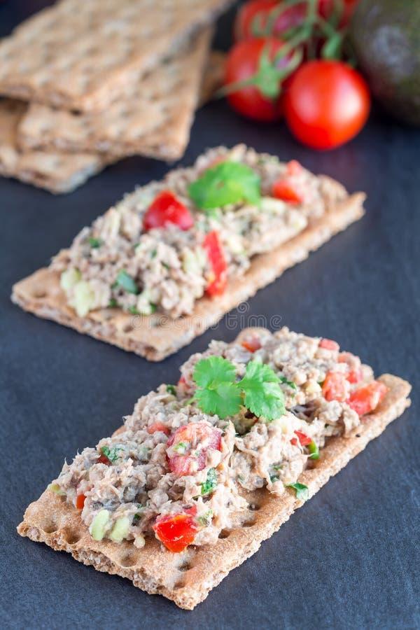 Salada com ser do suco do atum, do abacate, dos tomates, do coentro e de limão fotografia de stock royalty free