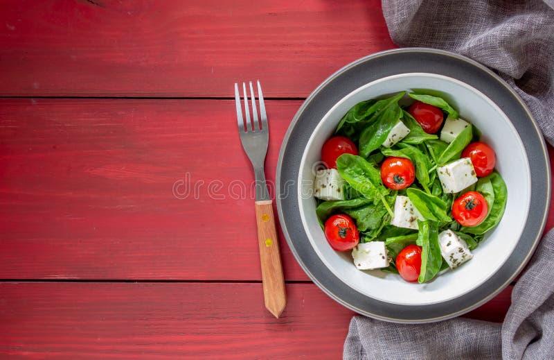 Salada com tomates, espinafres e queijo Culin?ria italiana Comer saud?vel Dieta fotos de stock