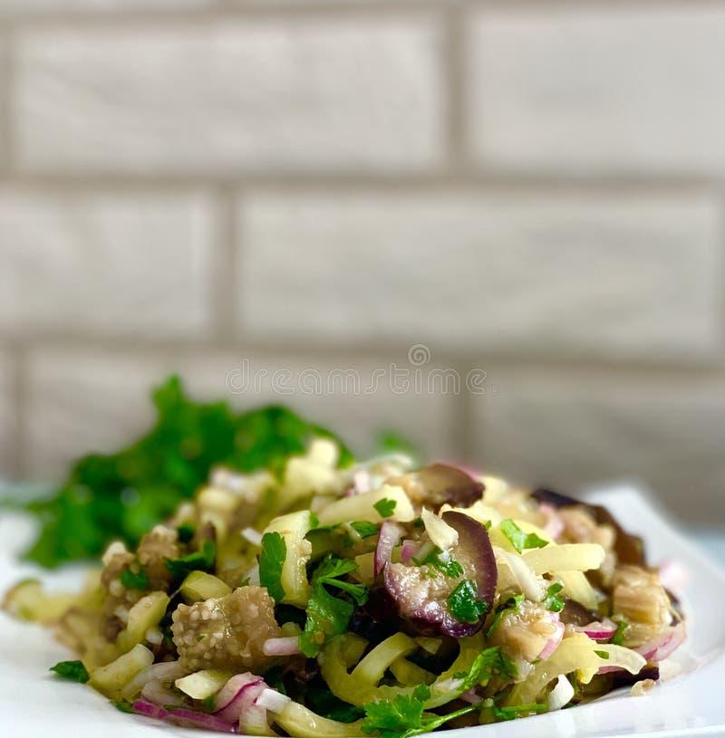 Salada com vegetais coloridos, alface da saúde, beringela, cebola no fundo branco imagens de stock