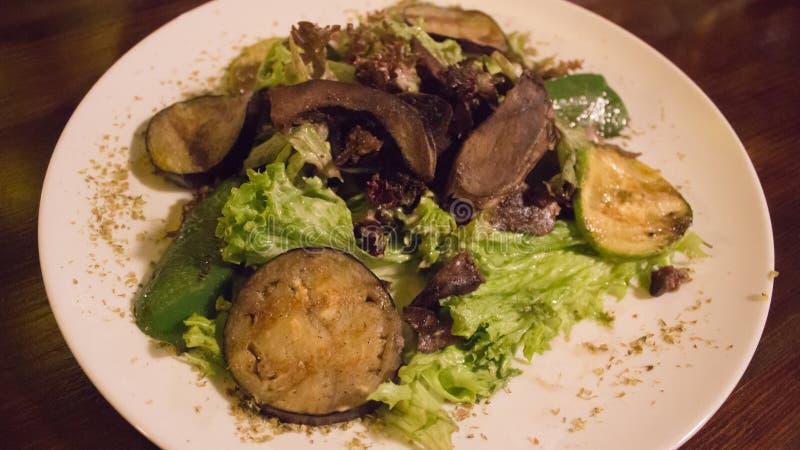 Salada com vegetais e carne grelhados fotos de stock royalty free