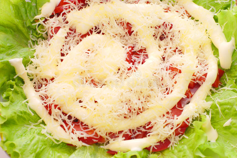 A salada consiste em tomates, queijo à terra fotos de stock royalty free