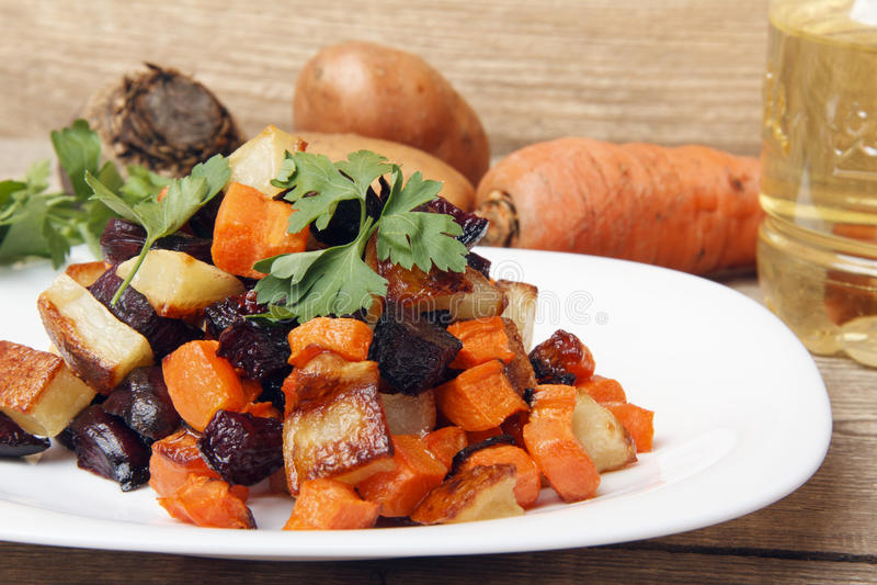 A salada cozeu beterrabas, cenouras frescas e batatas imagem de stock