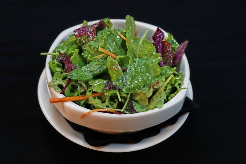 Salada da alface do verde da mistura em uma bacia imagens de stock royalty free