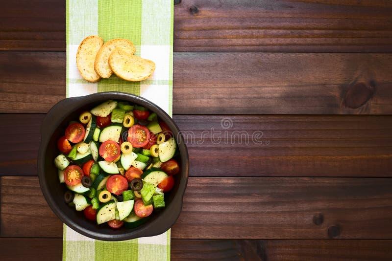 Salada da azeitona, do tomate, da pimenta e do pepino fotografia de stock royalty free