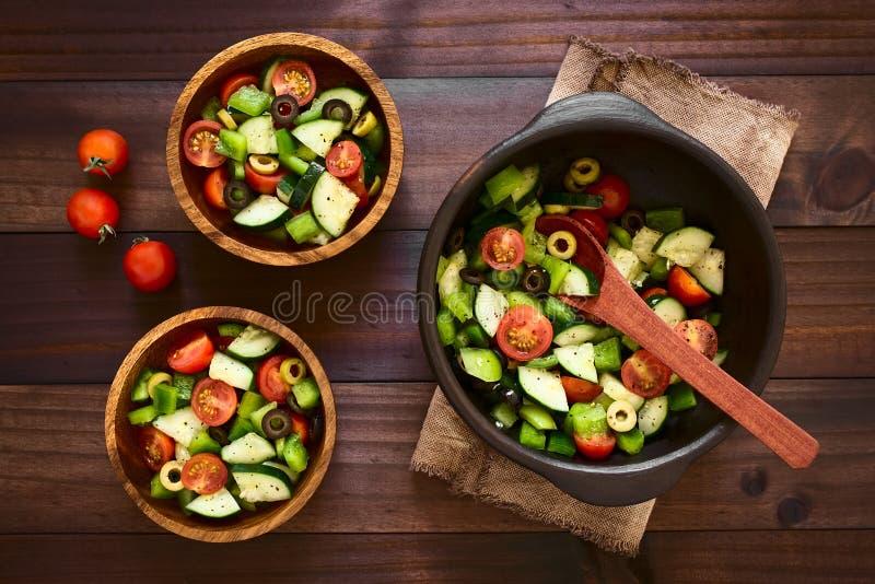 Salada da azeitona, do tomate, da pimenta e do pepino fotografia de stock