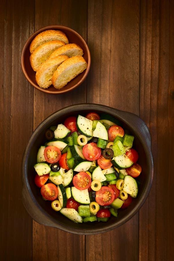 Salada da azeitona, do tomate, da pimenta e do pepino imagens de stock royalty free