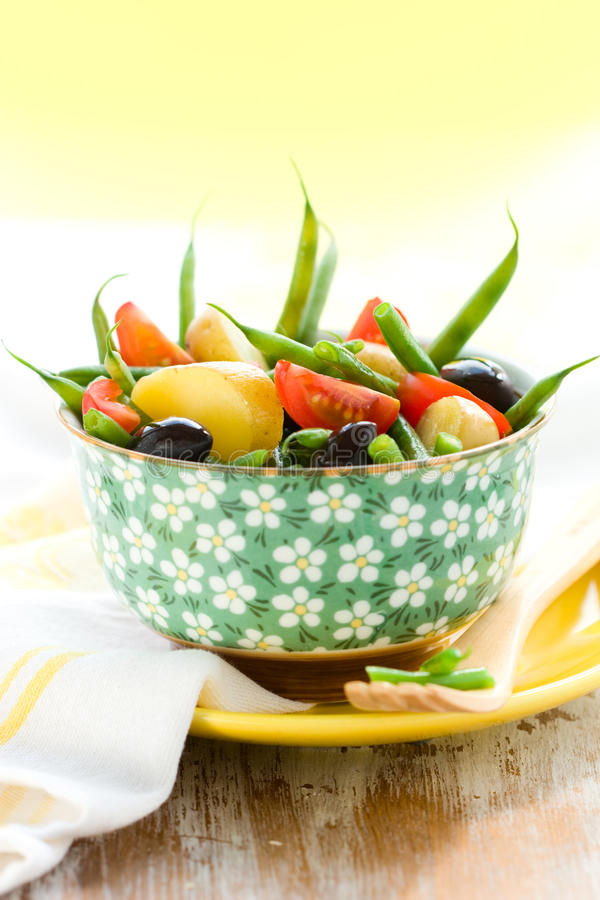 Salada da batata e do feijão verde fotografia de stock royalty free