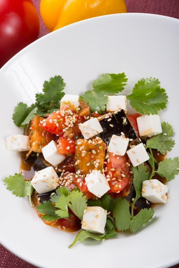 Salada da beringela com legumes misturados fotografia de stock