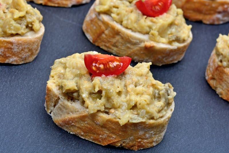 Salada da beringela no pão fotografia de stock royalty free