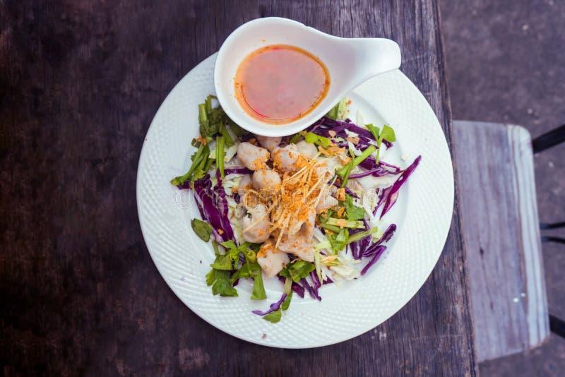 Salada da bola de peixes de Tailândia foto de stock royalty free