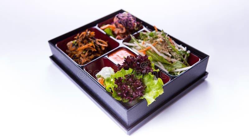 Salada da caixa de Bento da alface, da couve e do kimchi no backgrou branco fotos de stock