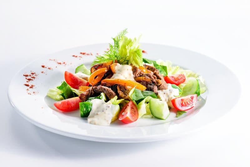 Salada da carne assada com tomates, pepinos, queijo de feta e peppe imagem de stock