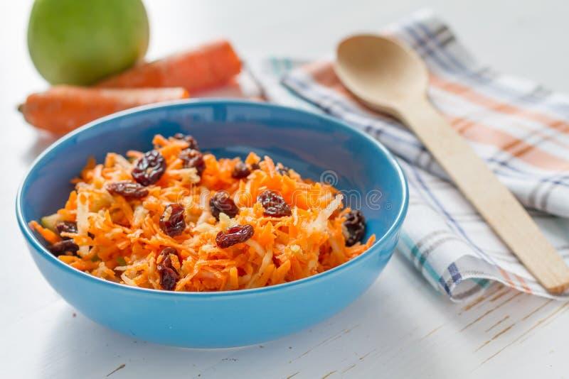 Salada da cenoura com passas e maçã fotografia de stock