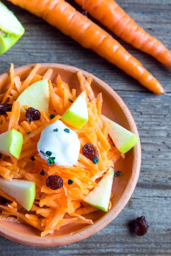 Salada da cenoura e da maçã com passas fotos de stock royalty free