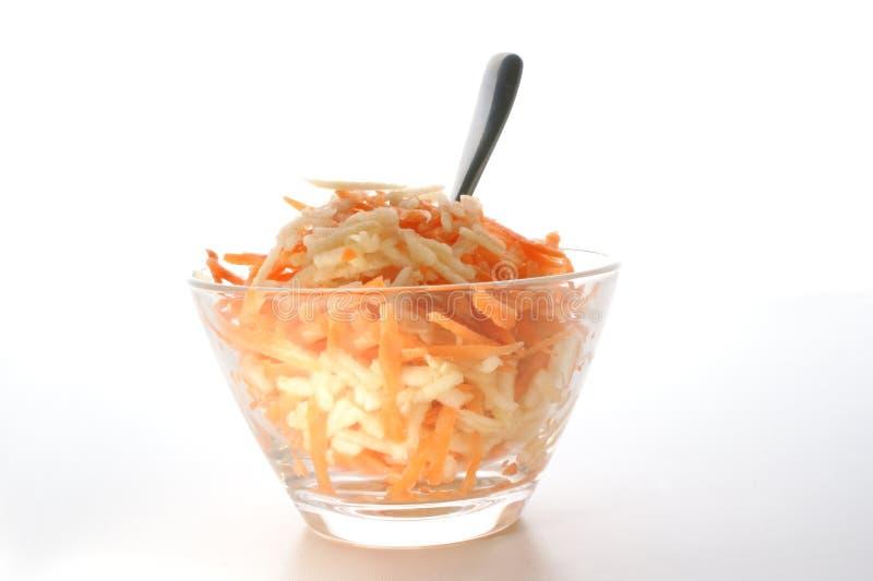 Salada da cenoura e da maçã em uma bacia fotos de stock