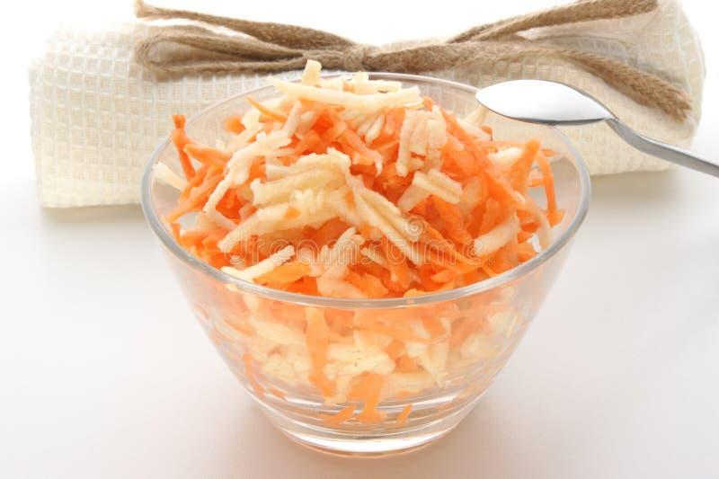 Salada da cenoura e da maçã em uma bacia foto de stock royalty free