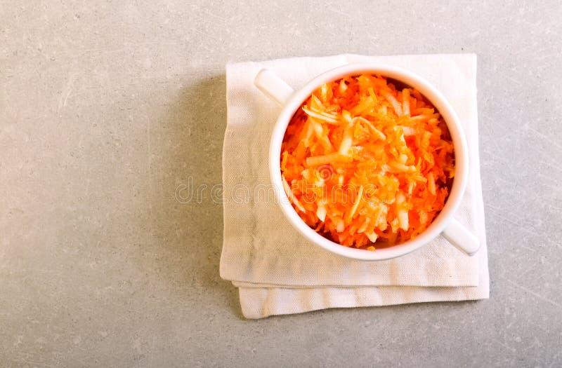 Salada da cenoura e da maçã em uma bacia fotografia de stock