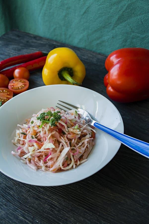 Salada da couve branca, das cenouras e das pimentas de sino decorado com verdes e vegetais Prato de vegetariano Nutri??o apropria imagem de stock royalty free