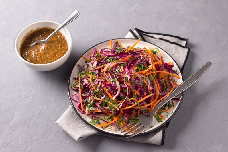 Salada da salada de repolho da couve vermelha com cominhos e molho de mostarda no fundo cinzento imagens de stock royalty free