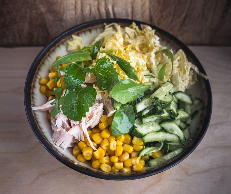 Salada da dieta da couve de Peking e da galinha fervida Milho enlatado e verdes frescos do pepino e os frescos Close-up Molho da  imagem de stock