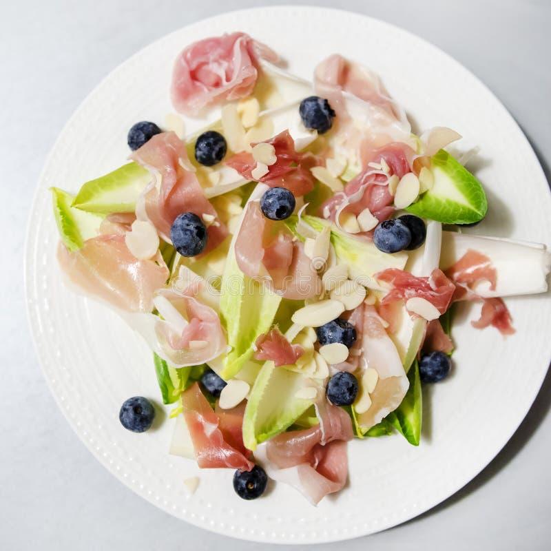 Salada da endívia e do prosciutto fotografia de stock royalty free