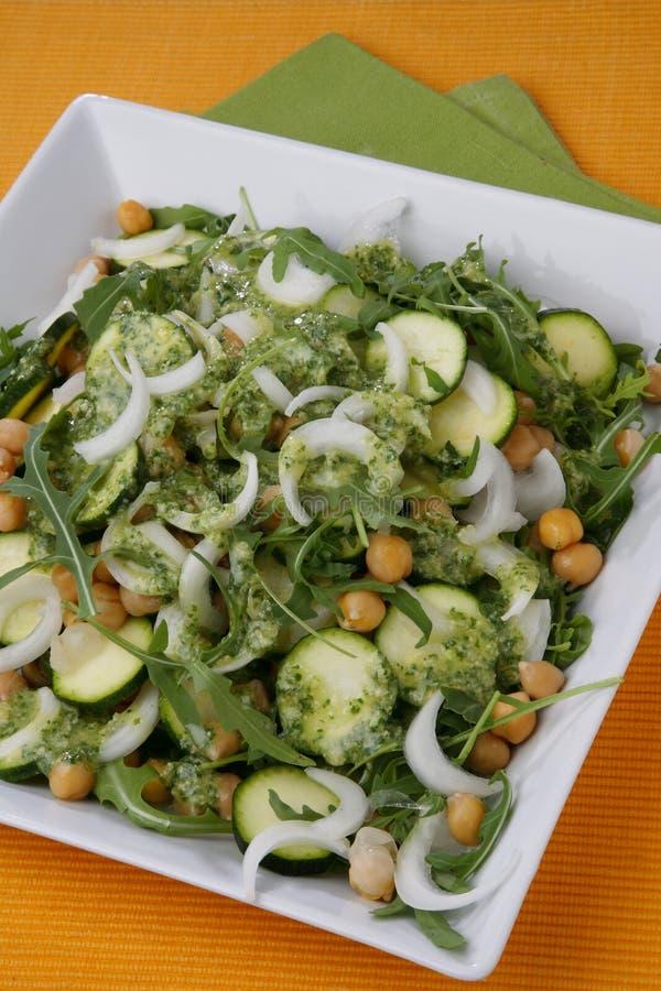 Salada da ervilha de pintainho, da cebola, do rucola e do zuchinni com d fotos de stock