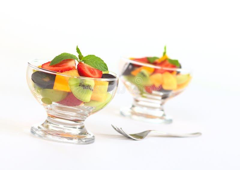 Salada da fruta fresca na bacia de vidro imagens de stock