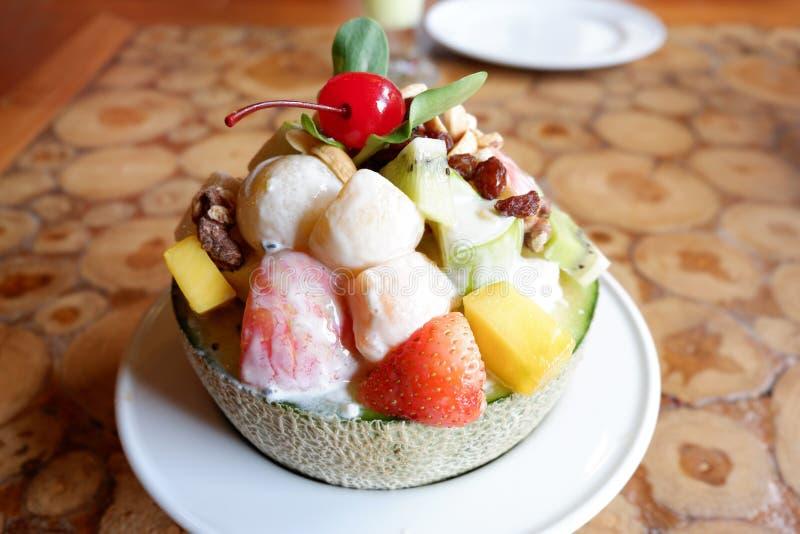 Salada da fruta na bacia do melão fotografia de stock royalty free