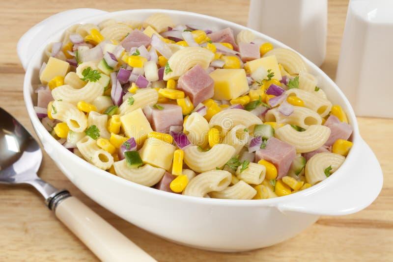 Salada da massa do macarrão com presunto e queijo fotos de stock