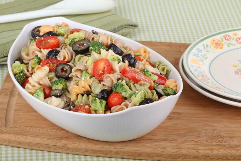 Salada da massa em uma bacia fotos de stock
