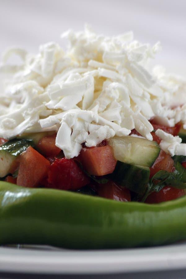Salada da mola com tomates, cebolas, pepino com cobertura do queijo raspado foto de stock royalty free
