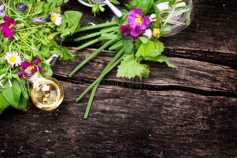 Salada da mola, ervas selvagens, flores fotografia de stock