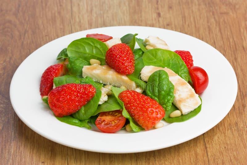Salada da morango da galinha do espinafre imagem de stock royalty free