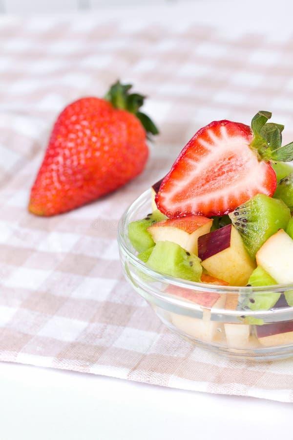 Salada da morango e de fruta na placa branca fotos de stock royalty free