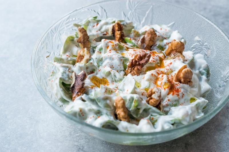 Salada da noz com Purslane e iogurte na bacia de vidro imagens de stock royalty free
