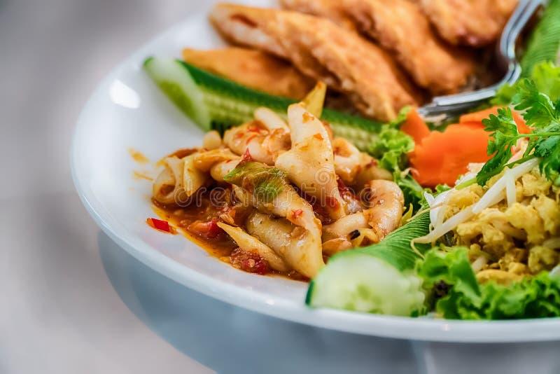 Salada da papaia, alimento tailandês nas províncias do nordeste de Thailan fotos de stock royalty free