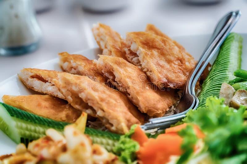 Salada da papaia, alimento tailandês nas províncias do nordeste de Thailan fotos de stock