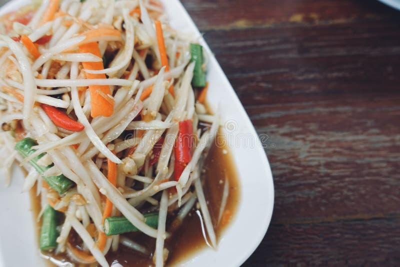 A salada da papaia do close-up é alimento local tailandês, delicioso original muito quente e picante ao leste de Tailândia foto de stock royalty free
