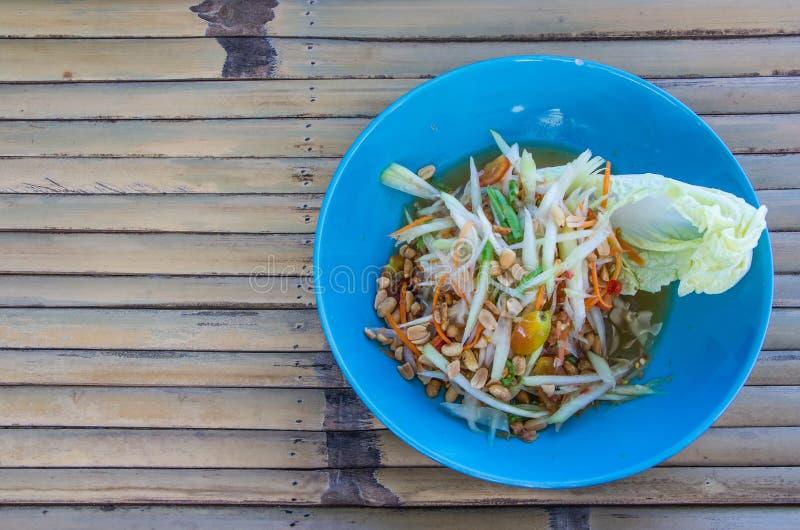 Salada da papaia no prato fotos de stock