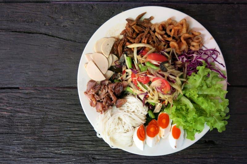 Salada da papaia ou Tum tailandês do som na placa branca foto de stock royalty free