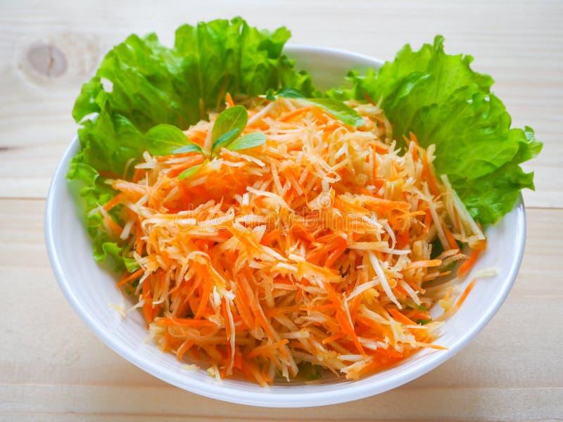 Salada da vitamina com raiz da maçã, da cenoura e de aipo foto de stock