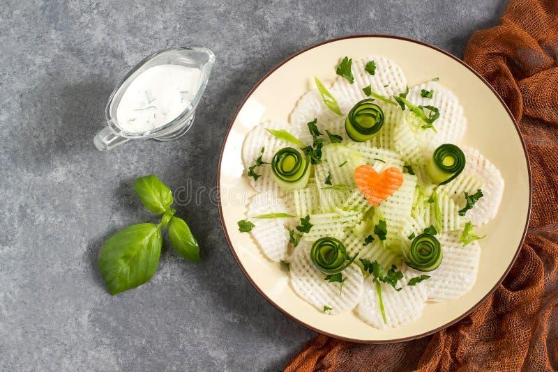 Salada da vitamina do daikon com pepino e ervas foto de stock