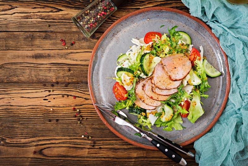 Salada da vitela com legumes frescos alimento dietético imagens de stock