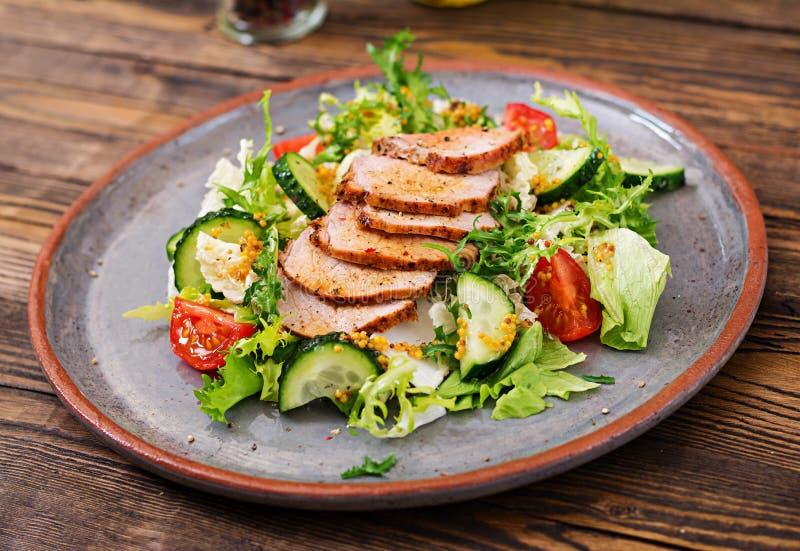 Salada da vitela com legumes frescos alimento dietético imagem de stock
