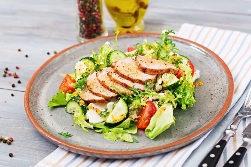 Salada da vitela com legumes frescos alimento dietético fotos de stock royalty free
