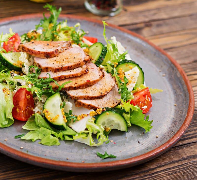 Salada da vitela com legumes frescos alimento dietético foto de stock